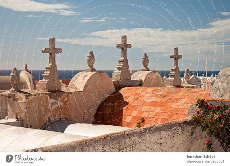 Friedhof von Bonifacio Architektur Schmerz Tod Himmel Kreuz Christliches Kreuz Dach Beerdigung Hoffnung Horizont Vergänglichkeit Ewigkeit Stein Wärme Mittelmeer