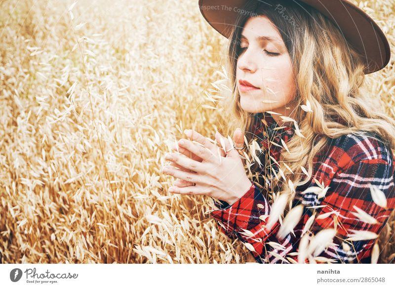 Junge Cowgirl auf einem Getreidefeld Lifestyle schön Haare & Frisuren Wellness Wohlgefühl Sinnesorgane Erholung ruhig Freiheit Sommer Industrie Mensch feminin
