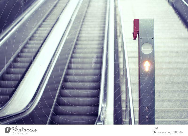 Aufwärts Stadt Bahnhof Gebäude Architektur Treppe Rolltreppe blau grau aufwärts Pfeil nothalt Treppengeländer Beton Stahl Symmetrie steil Farbfoto Innenaufnahme