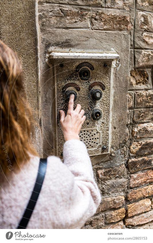 Frau, die die alte Gegensprechanlage in Venedig, Italien, bedient. Lifestyle Design schön Ferien & Urlaub & Reisen Tourismus Wohnung Haus Hausbau Videokamera