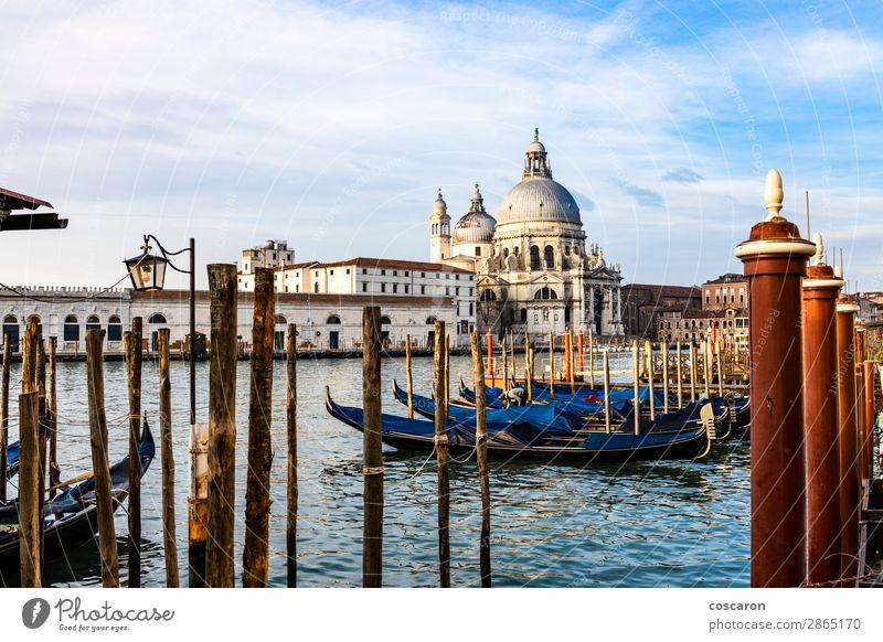 Leere Gondeln, die auf einer Lagune von Venedig, Italien, schwimmen. Lifestyle Ferien & Urlaub & Reisen Tourismus Ausflug Sommer Meer Winter Karneval Landschaft