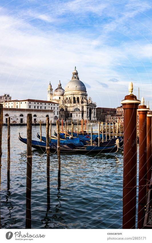 Leere Gondeln, die auf einer Lagune von Venedig, Italien, schwimmen. Ferien & Urlaub & Reisen Tourismus Sommer Sommerurlaub Meer Insel Winter Karneval