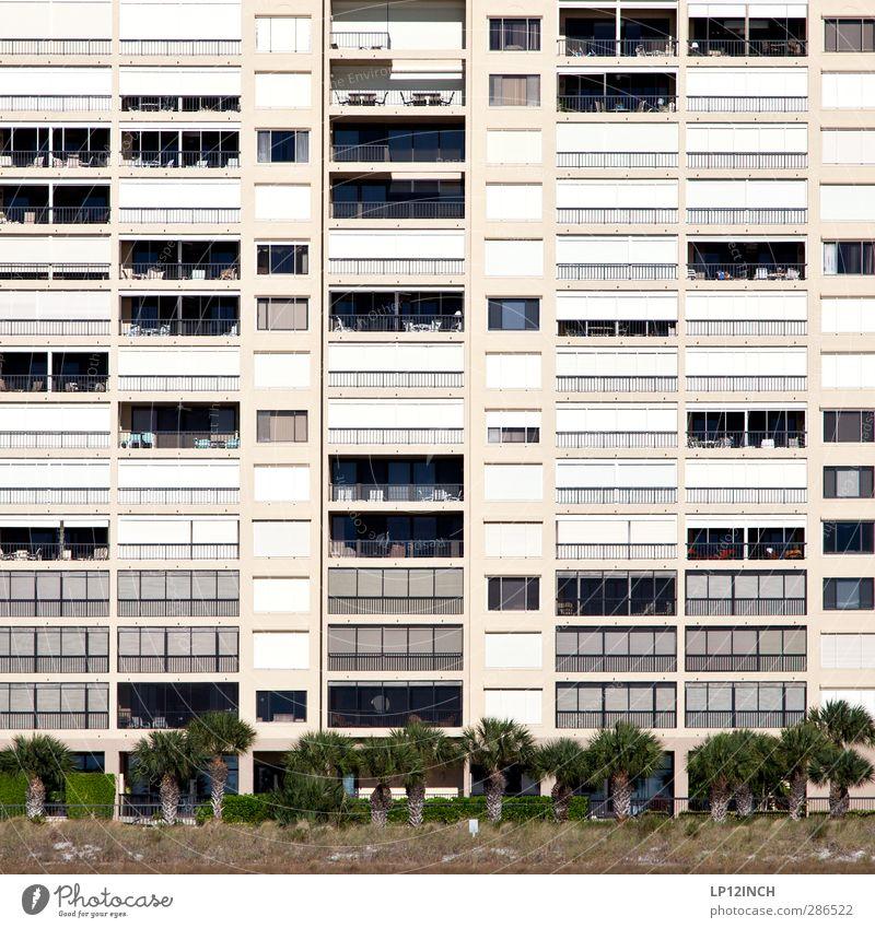 Floridanische Bettenburg. V Ferien & Urlaub & Reisen Baum Haus Architektur Gebäude träumen Fassade Tourismus Häusliches Leben schlafen USA Balkon Palme Reichtum
