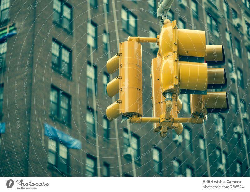 impatience New York City Stadt Stadtzentrum Haus Hochhaus Mauer Wand Fassade Fenster Ampel gelb warten Ungeduld Verkehr mehrfarbig Außenaufnahme Experiment
