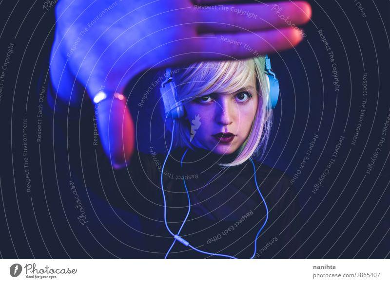 Junge Frau beim Musikhören Lifestyle schön Haare & Frisuren Gesicht Leben Nachtleben Diskjockey Headset Technik & Technologie Unterhaltungselektronik Mensch