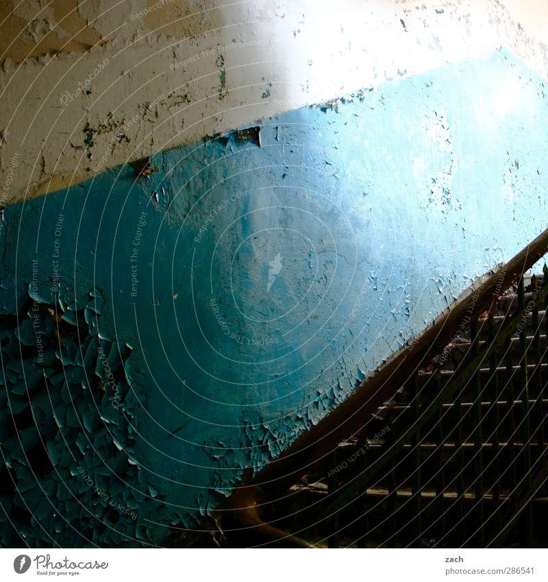 gestern Menschenleer Haus Traumhaus Ruine Gebäude Architektur Mauer Wand Treppe Fassade Häusliches Leben alt blau Verfall Vergänglichkeit Zerstörung kaputt