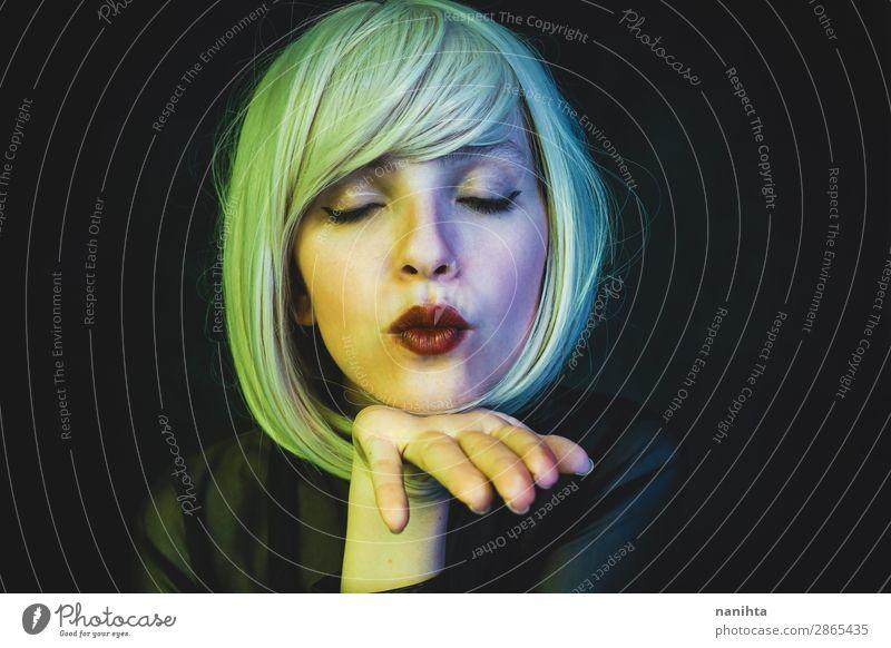 Künstlerisches Porträt einer sinnlichen Frau Stil Haare & Frisuren Gesicht Schminke Sinnesorgane Nachtleben Flirten Mensch Erwachsene Kunst blond Perücke Küssen