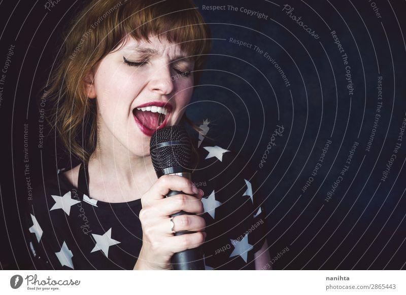 Junge Frau singt ein Lied mit einem Mikrofon. Gesicht Technik & Technologie Mensch feminin Jugendliche Erwachsene 1 18-30 Jahre Kunst Punk Musik Konzert Sänger