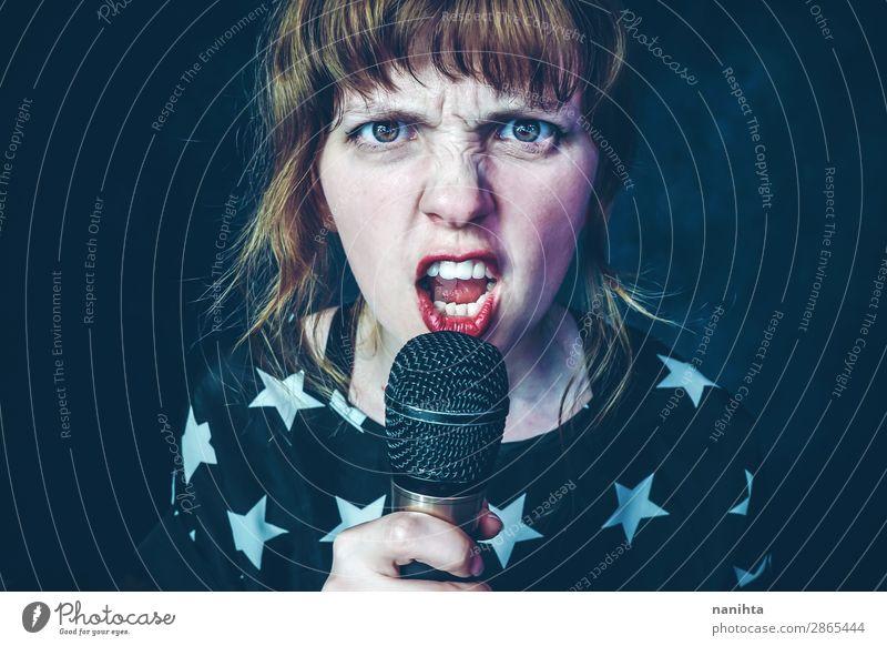 Junge Frau singt ein Lied mit einem Mikrofon. Stil Gesicht Beruf Medienbranche sprechen Technik & Technologie Mensch feminin Jugendliche Erwachsene 1