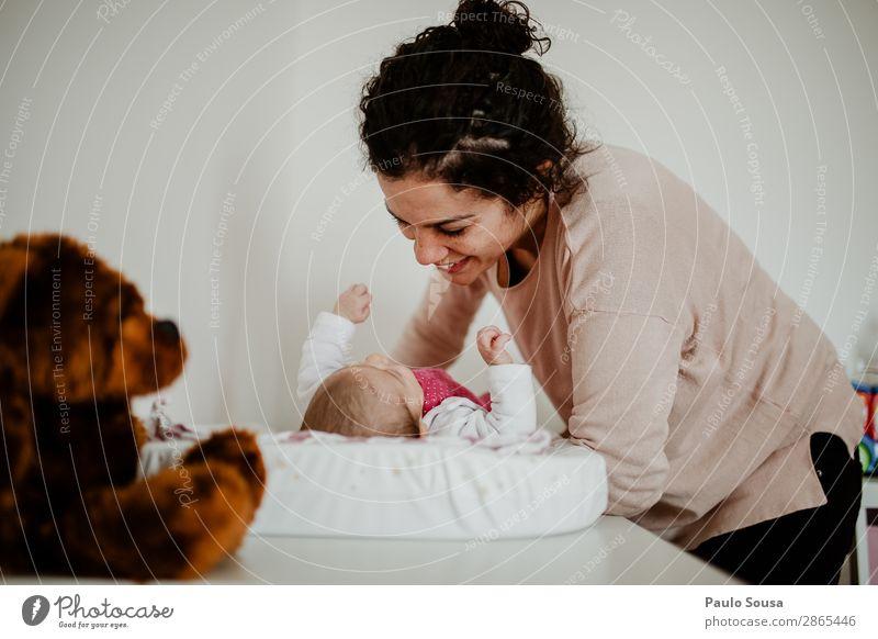 Mutter und Baby Lächeln Mutterschaft neugeboren Liebe Kind Familie & Verwandtschaft Tochter Kaukasier Pflege schön Eltern heimwärts niedlich Halt Glück Kindheit