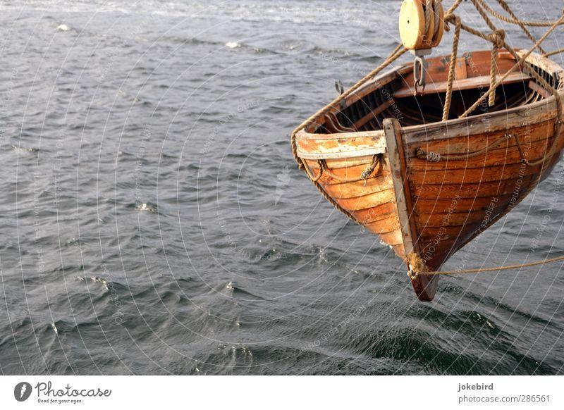 Schwebezustand Wassersport Ruderboot Wasserfahrzeug Wellen hängen grau Seil Seilrolle Farbfoto Außenaufnahme Menschenleer Textfreiraum links Textfreiraum unten