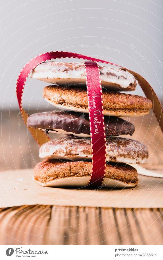 Ein paar Lebkuchenkekse in rotes Band gehüllt Frohe Weihnachten Dessert Ernährung Essen Diät Tisch Schnur genießen lecker braun backen Bäckerei Biskuit