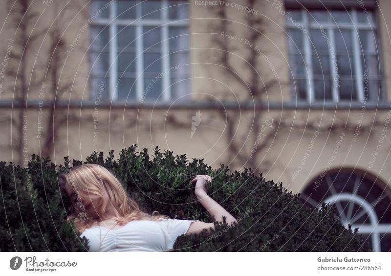 follow the white rabbit feminin 1 Mensch 18-30 Jahre Jugendliche Erwachsene Pflanze Park Fassade Schloss schlafen schön Stimmung greifen Dornröschen Schlaf