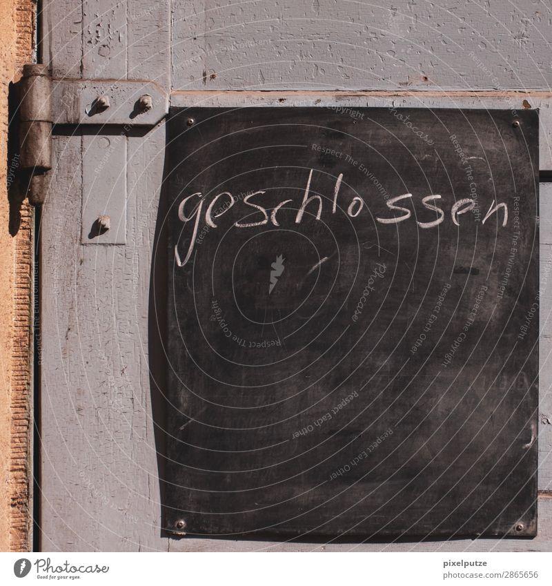 Geschlossen Tür Schriftzeichen Schilder & Markierungen schreiben Typographie geschlossen Handschrift handschriftlich Tafel Kreide Scharnier Farbfoto