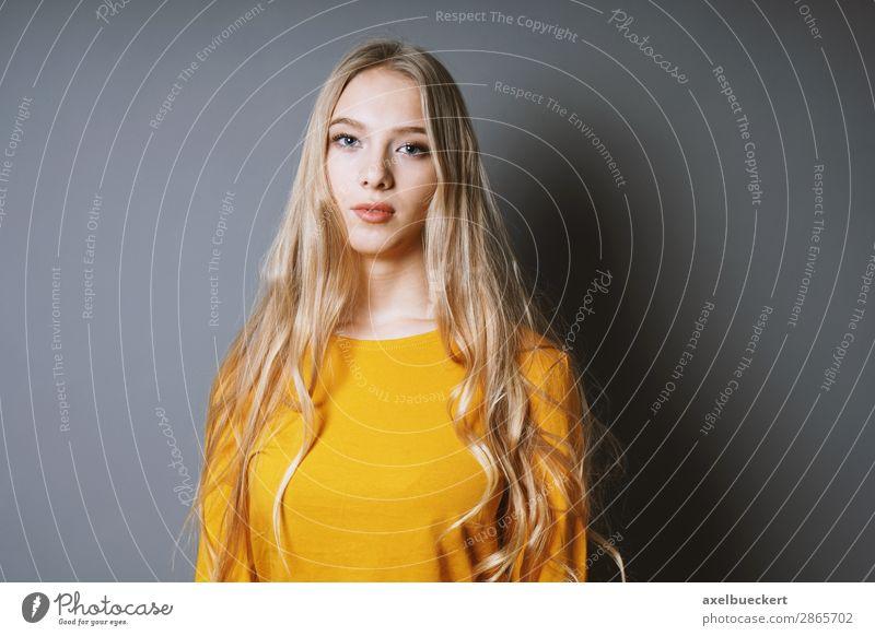 junge Frau mit langen blonden Haaren Mensch feminin Junge Frau Jugendliche Erwachsene 1 13-18 Jahre 18-30 Jahre T-Shirt Pullover Haare & Frisuren langhaarig