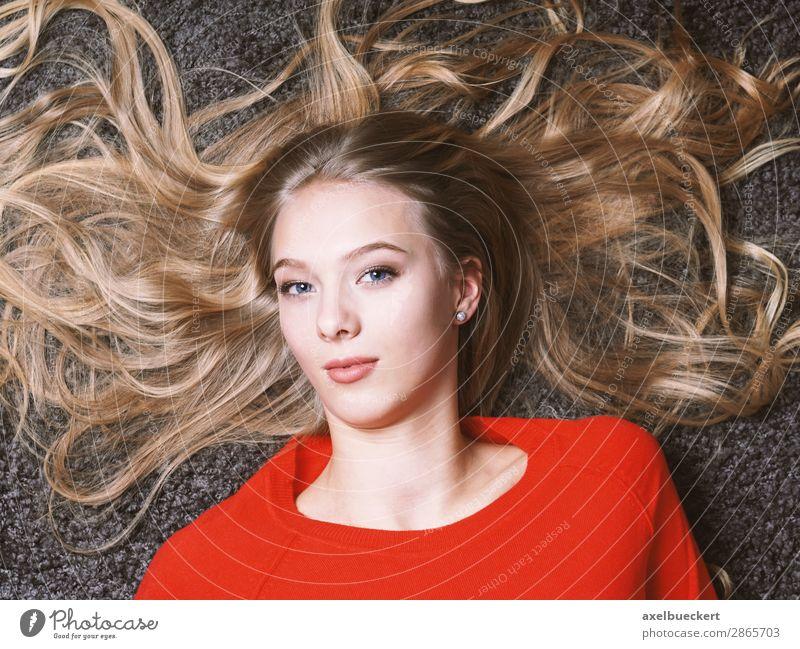 weiblicher Teenager mit langen blonden Haaren Mensch feminin Junge Frau Jugendliche Erwachsene 1 13-18 Jahre 18-30 Jahre Haare & Frisuren langhaarig liegen