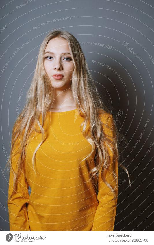 junge Frau mit langen blonden Haaren Mensch feminin Junge Frau Jugendliche Erwachsene 1 13-18 Jahre 18-30 Jahre Haare & Frisuren langhaarig Coolness schön ernst