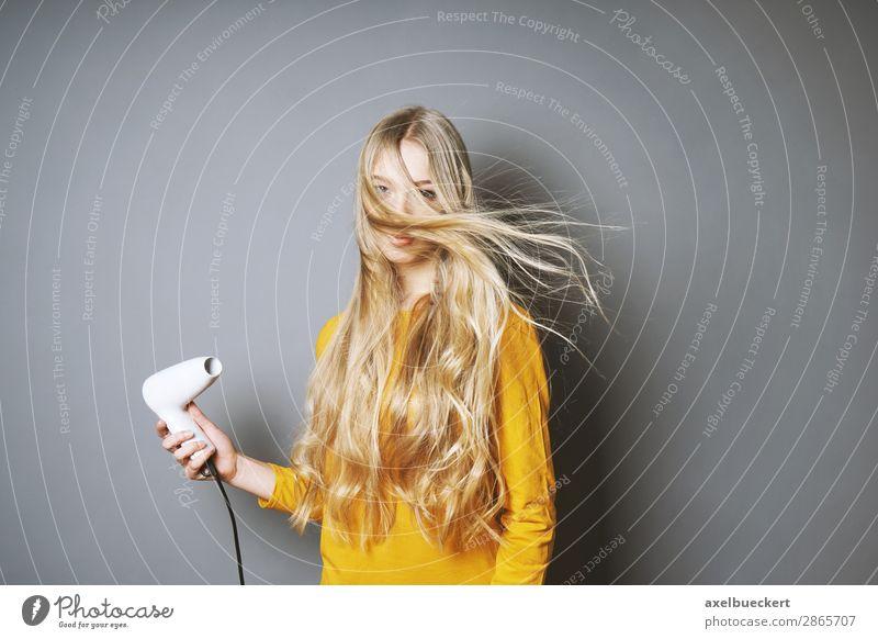 Haare föhnen Lifestyle Stil schön Haare & Frisuren Mensch feminin Junge Frau Jugendliche Erwachsene 1 13-18 Jahre 18-30 Jahre blond langhaarig lustig Fönfrisur