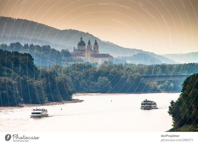 Kloster Melk in der Wachau Himmel alt Wald Umwelt Herbst Wellen Verkehr Kirche gut Hügel Kitsch Denkmal Flussufer Wahrzeichen Sehenswürdigkeit Bekanntheit