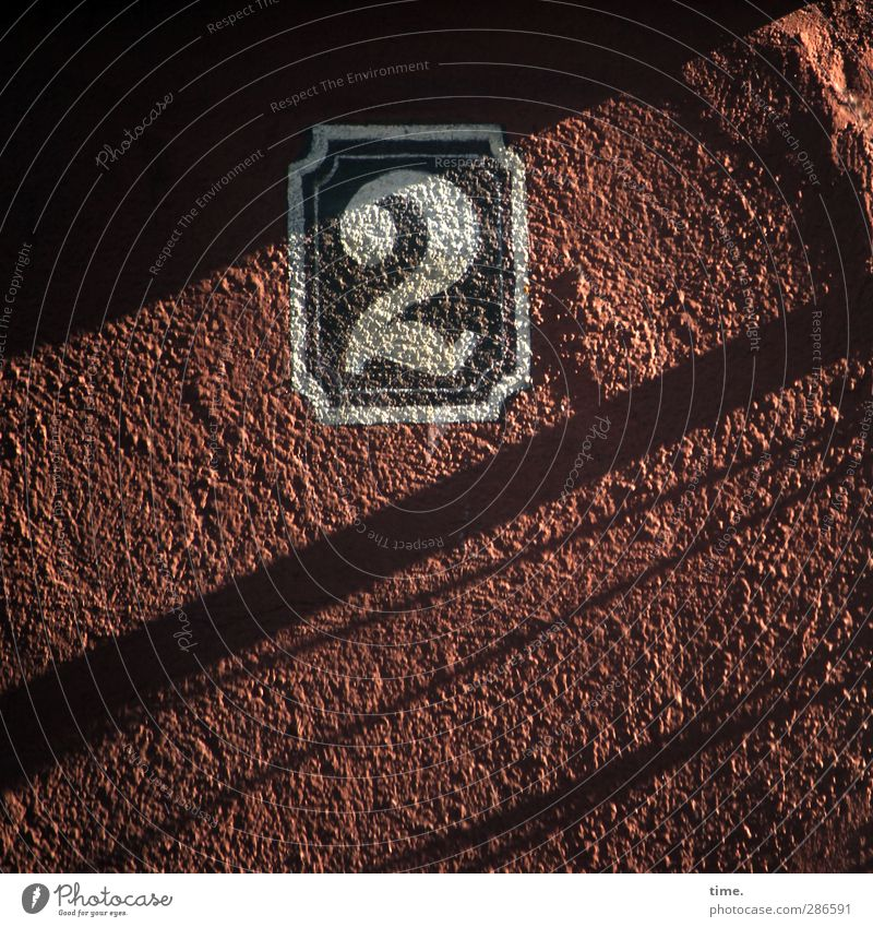 eine 2 für dich, suze :) Haus Hausnummer Mauer Wand Fassade Putz Stein Ziffern & Zahlen Hinweisschild Warnschild alt Ornament Farbfoto Außenaufnahme Nahaufnahme