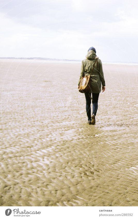 Fernweh Mensch Frau Himmel Natur Jugendliche Ferien & Urlaub & Reisen Wasser Meer Strand Wolken ruhig Landschaft Erwachsene Ferne Herbst feminin