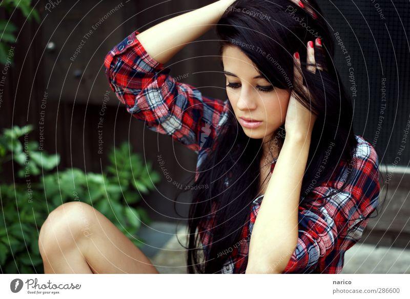 heartbeat Stil Haare & Frisuren Gesicht feminin Junge Frau Jugendliche Erwachsene Körper Haut Kopf 1 Mensch 18-30 Jahre Hemd schwarzhaarig langhaarig berühren