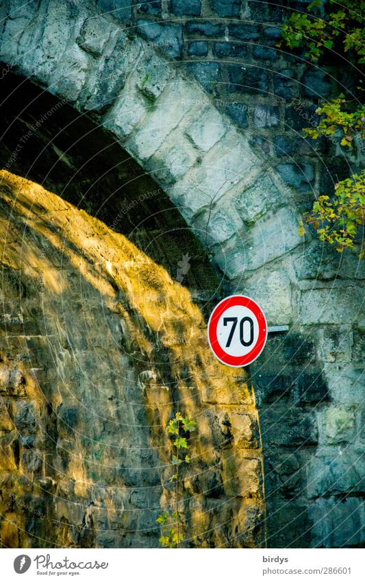 70er Zone alt Stadt Wege & Pfade Schilder & Markierungen Ordnung Geschwindigkeit leuchten Brücke rund Bauwerk Vergangenheit Verkehrswege bizarr Tunnel