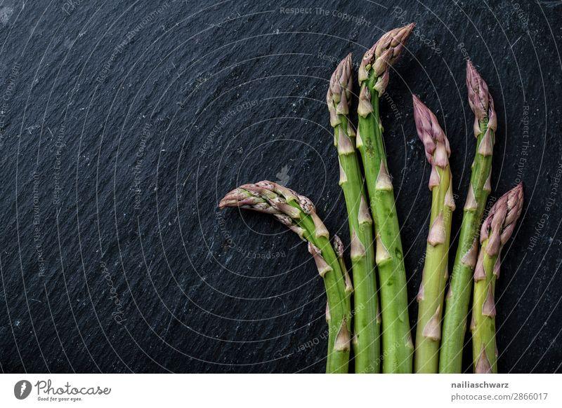 frischer grüner Spargel Lebensmittel Gemüse Ernährung Bioprodukte Vegetarische Ernährung Platte Schieferplatte einfach lecker natürlich schön schwarz genießen