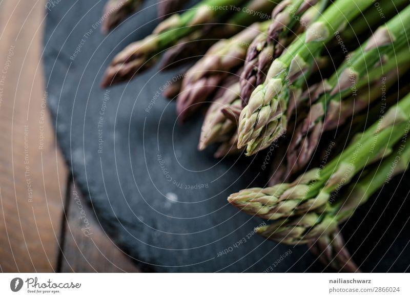 frische grüne Spargel Lebensmittel Gemüse Ernährung Bioprodukte Vegetarische Ernährung Lifestyle Gesunde Ernährung lecker natürlich schön schwarz Farbe genießen
