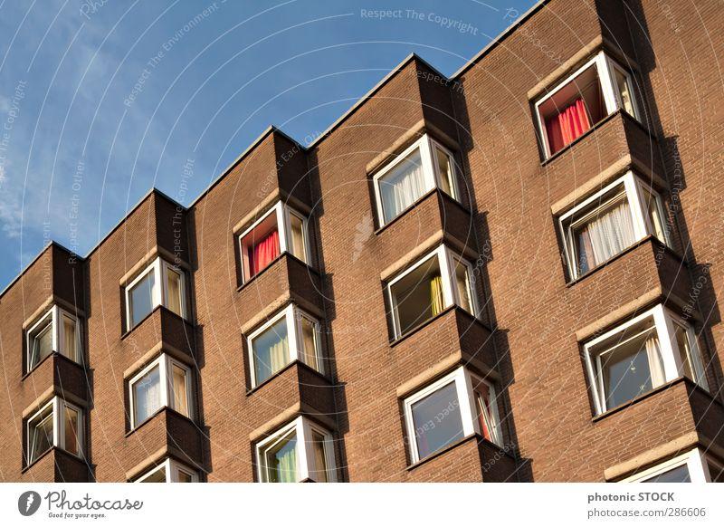 Graues Leben bunt Stadtzentrum Menschenleer Hochhaus Bauwerk Gebäude Architektur Mauer Wand Fassade Fenster leuchten alt hässlich trashig blau braun gelb rot
