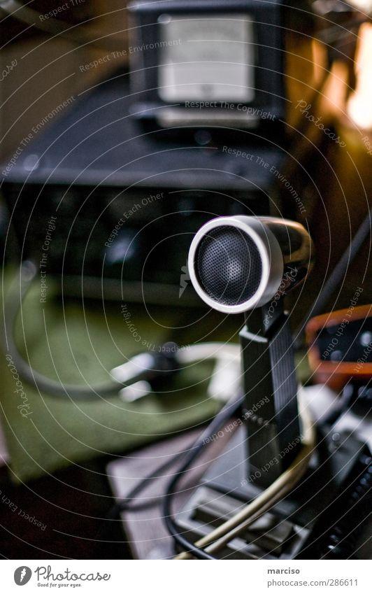 Mayday Mikrofon Funktechnik Funkgerät Funkwellen retro schwarz Farbfoto Innenaufnahme Schwache Tiefenschärfe