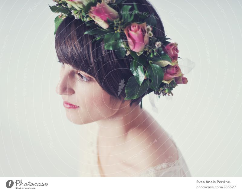 frau fein. feminin Haut Haare & Frisuren Gesicht Auge 1 Mensch 18-30 Jahre Jugendliche Erwachsene Blume Rose Blatt Blüte Rosenkranz Mode brünett kurzhaarig
