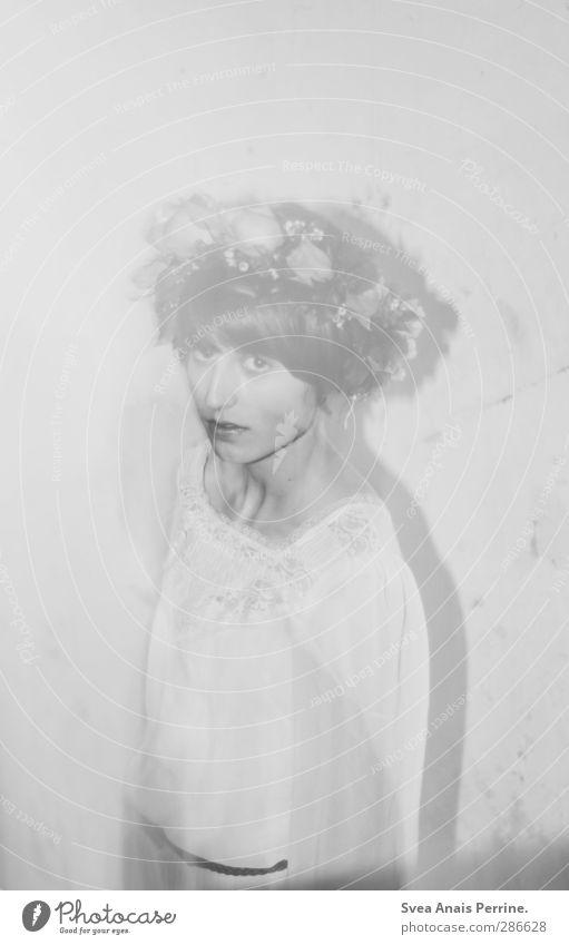 frau zauber. feminin Junge Frau Jugendliche 1 Mensch 18-30 Jahre Erwachsene Mauer Wand Accessoire Schmuck Kopfbedeckung Kranz Blumenkranz Haare & Frisuren