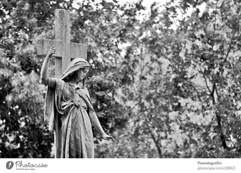 graveyard Skulptur Park historisch Traurigkeit Trauer Tod Statue gestikulieren Schwarzweißfoto Außenaufnahme Blick nach unten