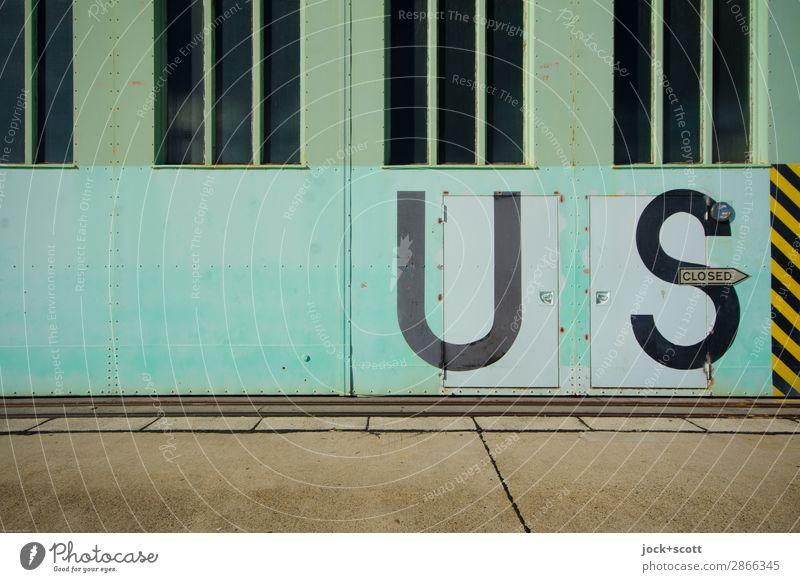 closed US Berlin-Tempelhof Tor Fenster Tür Sehenswürdigkeit Verkehrswege Flughafen Metall Schriftzeichen Schilder & Markierungen Hinweisschild Warnschild Linie