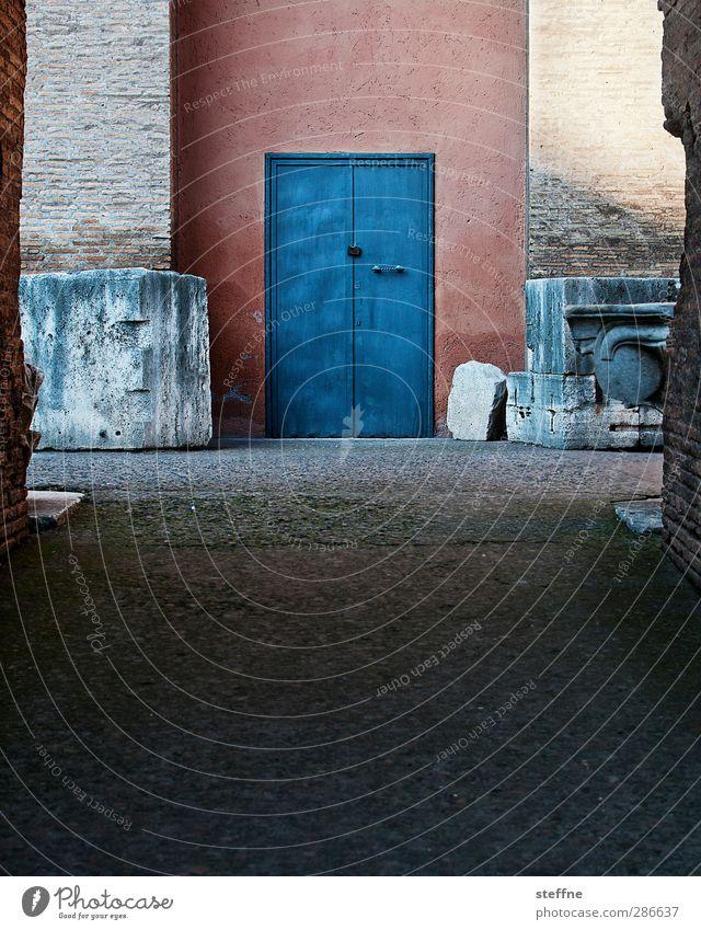 Antiquität Wand Mauer Gebäude Tür Fassade ästhetisch Italien Denkmal Säule Ruine Sehenswürdigkeit Rom Altstadt Antike Kolosseum Ziegelbauweise