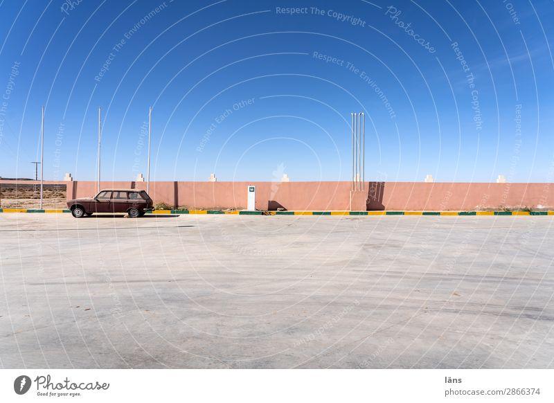 tank und rast Ausflug Schönes Wetter Marokko Platz Mauer Wand Verkehr Verkehrswege Straße Wege & Pfade PKW einfach Sehnsucht Beginn Erwartung einzigartig