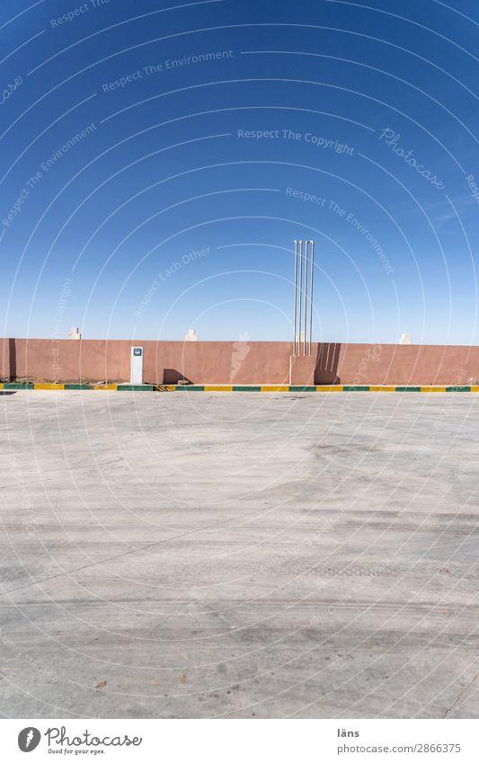 tank und rast ll Himmel Marokko Afrika Menschenleer Platz Mauer Wand Verkehrswege Straßenverkehr Wege & Pfade einfach Stadt Beginn Tankstelle Asphalt Parkplatz