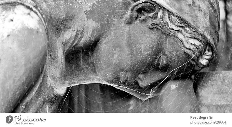 Trauernde Gesicht Skulptur Stein alt dreckig dunkel historisch Güte trösten Traurigkeit Tod Statue Spinnennetz Friedhof Schwarzweißfoto Außenaufnahme