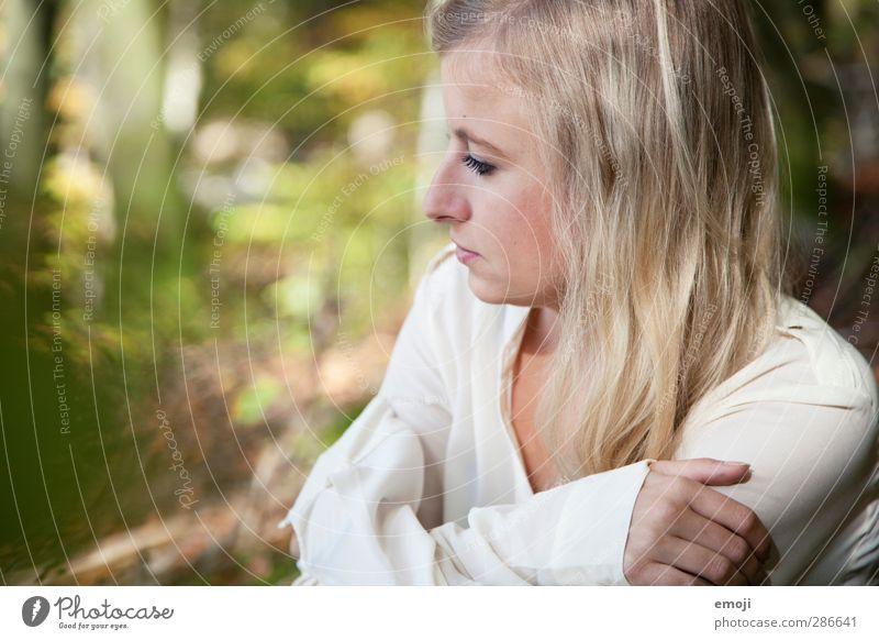 hell feminin Junge Frau Jugendliche 1 Mensch 18-30 Jahre Erwachsene blond natürlich grün Farbfoto Außenaufnahme Tag Schwache Tiefenschärfe Porträt Profil