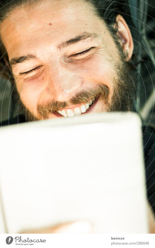 glückliche Leseratte Mensch Mann Jugendliche Ferien & Urlaub & Reisen weiß Freude ruhig Erholung Gesicht Junger Mann lachen Reisefotografie liegen Buch lernen