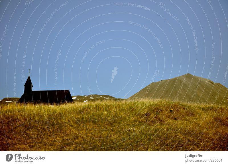 Island Umwelt Natur Landschaft Schönes Wetter Gras Hügel Berge u. Gebirge Kirche Bauwerk Gebäude Freundlichkeit klein Wärme blau braun Stimmung Glaube
