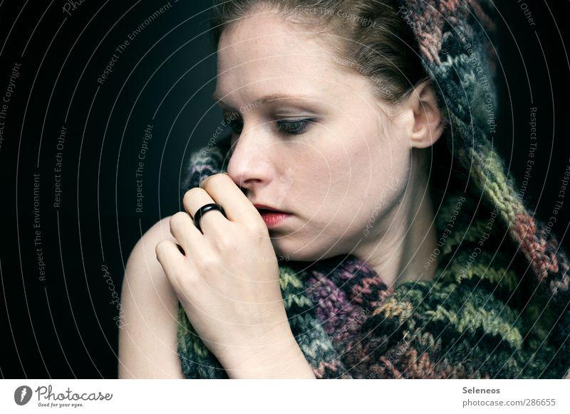 warm anziehen Raum Mensch feminin Frau Erwachsene Haut Kopf Haare & Frisuren Gesicht Auge Ohr Nase Mund Hand Finger 1 Mode Bekleidung Accessoire Schal Mütze