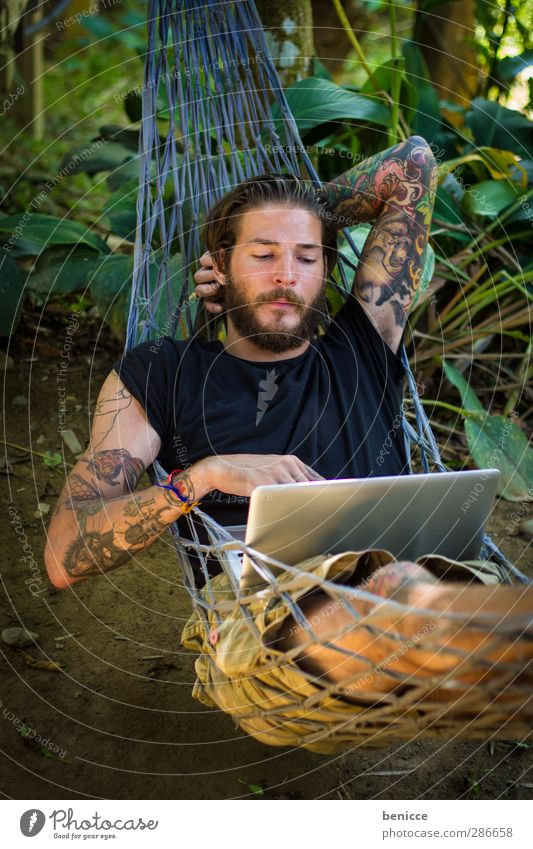 abhängen Mann Mensch Jugendliche Junger Mann Hängematte liegen Computer Notebook ruhig bewegungslos Arbeit & Erwerbstätigkeit Tattoo tätowiert Bart Vollbart