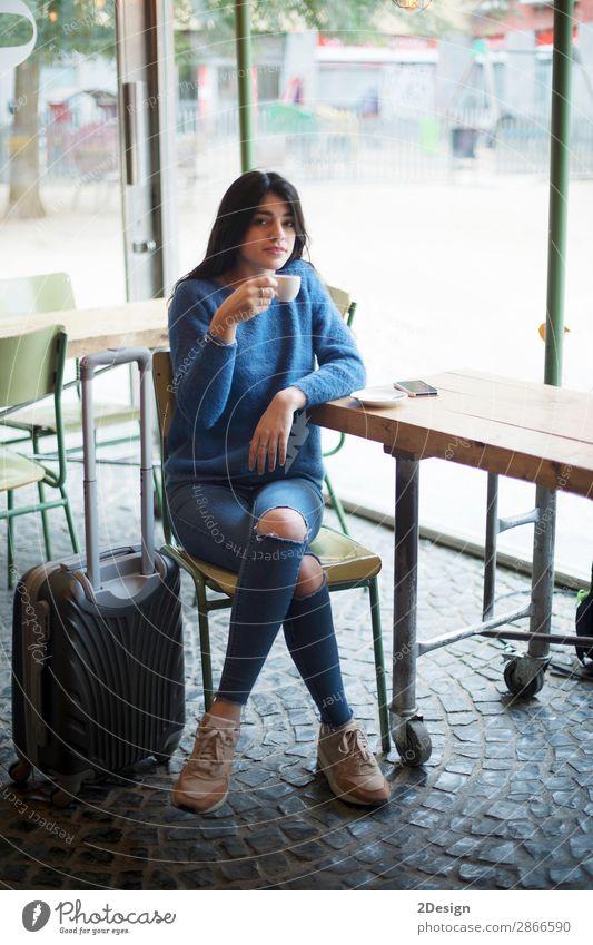 Schöne junge Frau, die beim Kaffeetrinken in einem Café sitzt. Tee Lifestyle Stil schön Erholung Ferien & Urlaub & Reisen Ausflug Arbeit & Erwerbstätigkeit