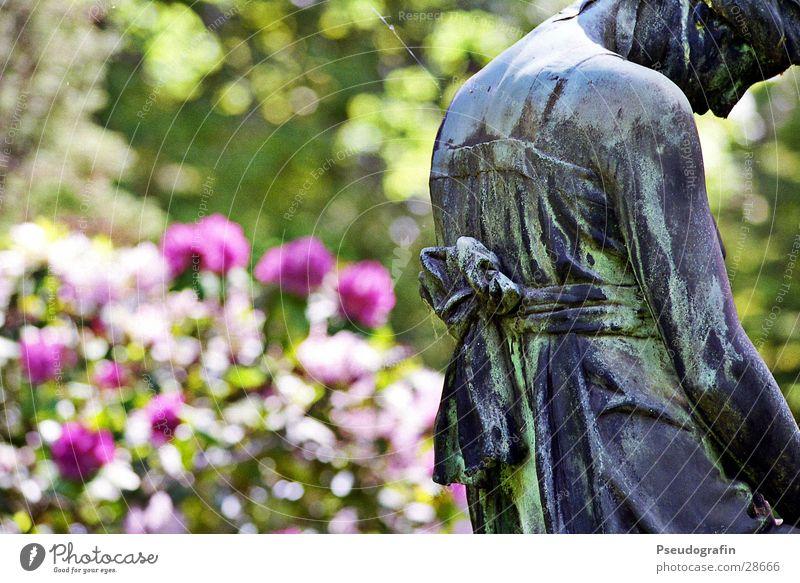 Trauernde Sommer Tod Stein Park Sträucher historisch Statue Friedhof Schleife Kunst