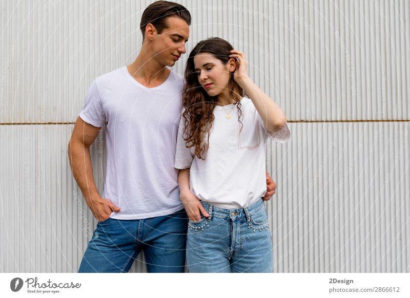 Schönes junges Paar, das sich umarmt, in die Kamera schaut und lächelt. Stil Freude Glück schön Sommer Flirten Mensch Frau Erwachsene Mann 2 18-30 Jahre