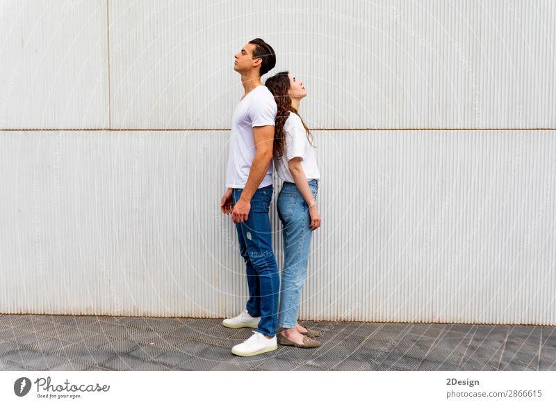 Porträt eines unglücklichen frustrierten Paares, das Rücken an Rücken steht. Lifestyle Freude Mensch Junge Frau Jugendliche Junger Mann Erwachsene