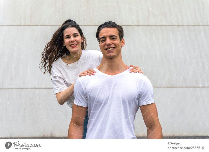 Schönes junges Paar, das sich umarmt, in die Kamera schaut und lächelt. Stil Freude Glück schön Sommer Flirten Mensch maskulin feminin Junge Frau Jugendliche