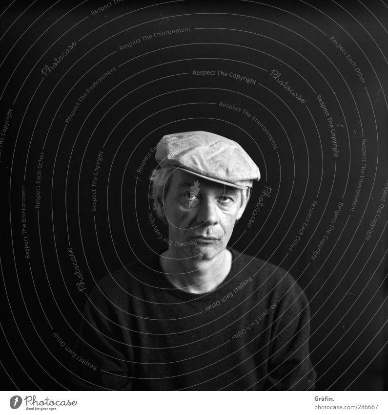 nachdenklich Mensch maskulin Mann Erwachsene 1 45-60 Jahre schwarz ruhig Ehrlichkeit Sorge Einsamkeit Traurigkeit ernst Schwarzweißfoto Studioaufnahme